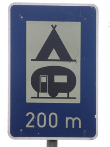Regenbogencamp Göhren - Hier: Verkehrsschild/Wegweiser zum Campingplatz in 200m