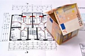 Kapitalanlage Immobilien - Hier:  Grundriss mit Papierhaus aus Geldscheinen
