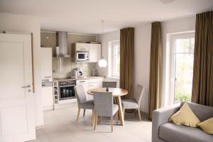 Immobilie in Binz - Vorteile des Home Staging - Hier: Küche und Essbereich einer Immobilie auf Mönchgut