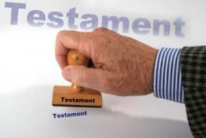 Haus in Göhren geerbt - Hier: Ansicht eines Testaments (Hand mit Stempel)